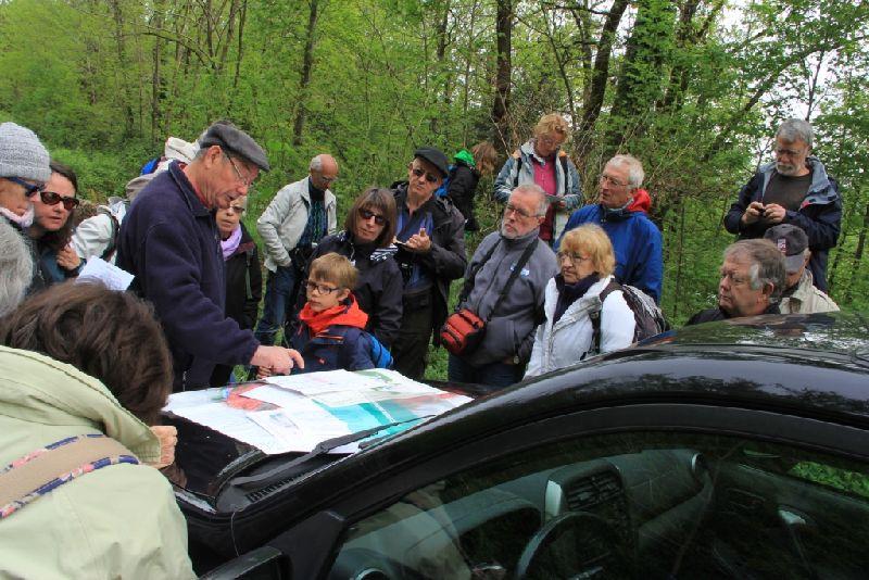Richard Ciszak introduisant sur la carte l'emplacement du bassin houiller de Decazeville